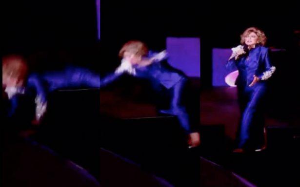 [Video] Como Juanga, Angélica María se cae del escenario en pleno concierto