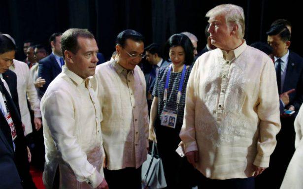 Trump aterriza en Filipinas y ofrece mediar en disputa por Mar de China Meridional