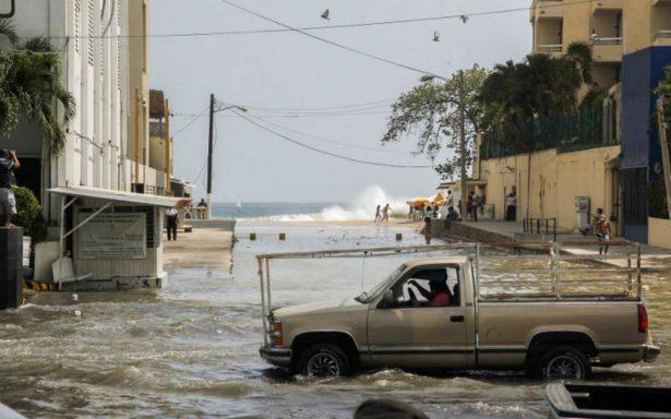 Olas alcanzan tres metros de altura den Acapulco; continúa alerta por mar de fondo