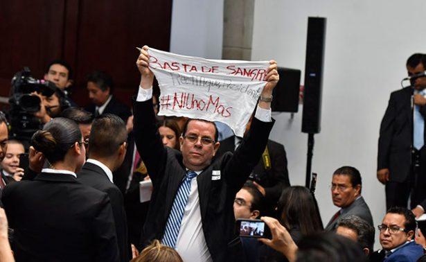 Reportero protesta ante Peña Nieto por violencia contra periodistas