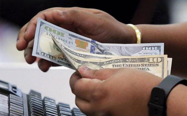 Dólar retrocede, se vende en 21.00 pesos en bancos de la ciudad