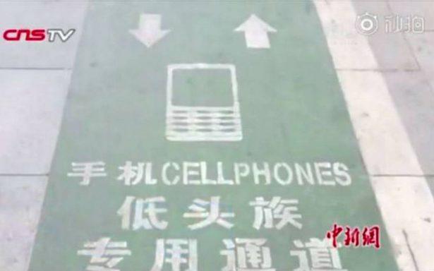 Ciudad china crea un carril exclusivo para peatones adictos al celular