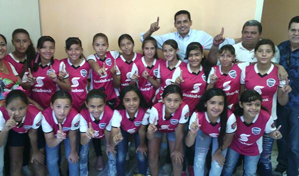 Iván Salcedo recibió a campeonas estatales