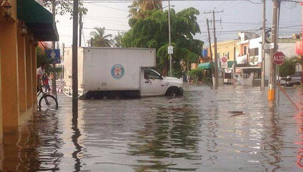 Fuertes lluvias inundan 17 colonias en Mazatlán
