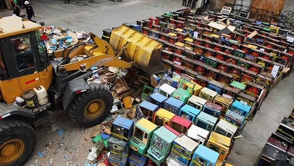 Autoridades destruyen 75 máquinas tragamonedas