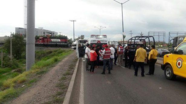 Embiste tren a camión; hay tres lesionados