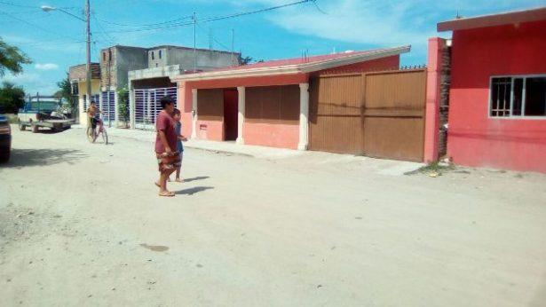 Marinos rescatan a dos civiles en el Tamarindo