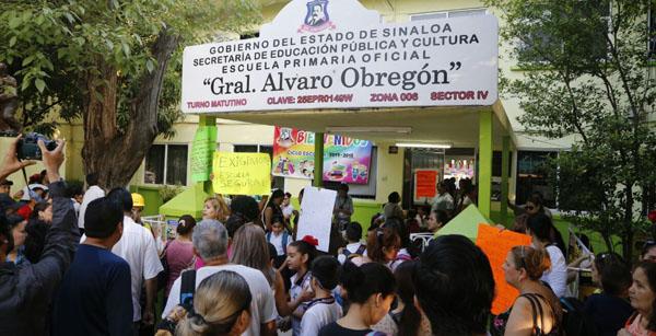 Padres de familia angustiados por los daños que sufrieron dos escuelas por el sismo