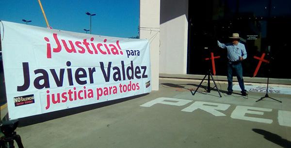 Familiares y amigos se manifiestan por muerte de Javier Valdez