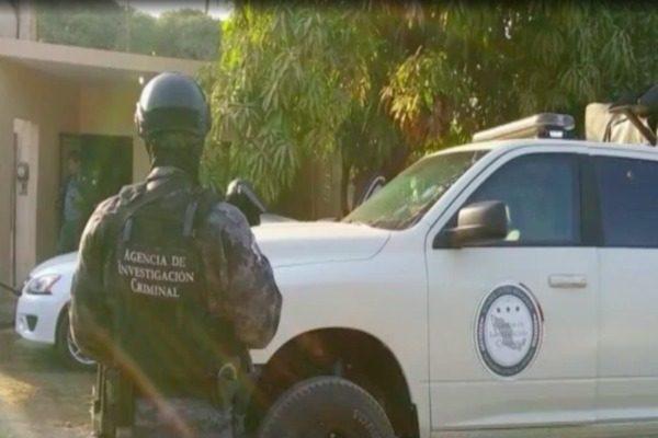 La PGR investiga el aseguramiento de dos hombres, armas y droga