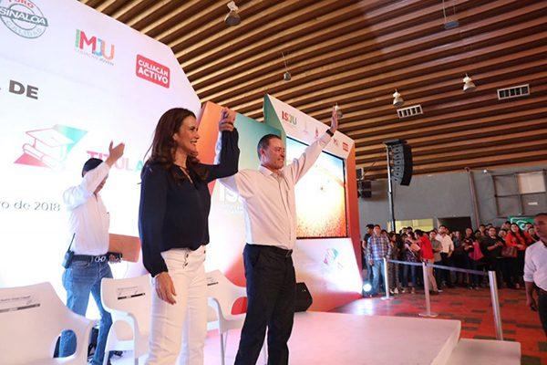 Entrega Quirino Ordaz becas de transporte y para titulación a estudiantes