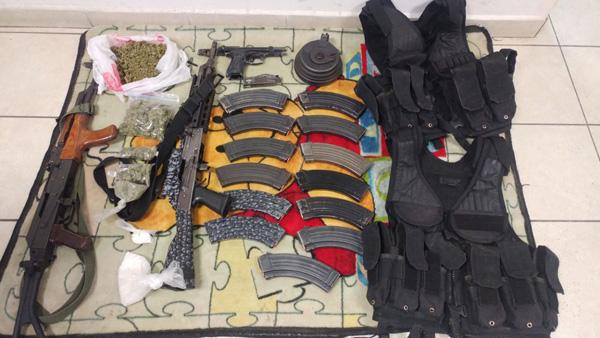 Aseguran una camioneta con armas y droga
