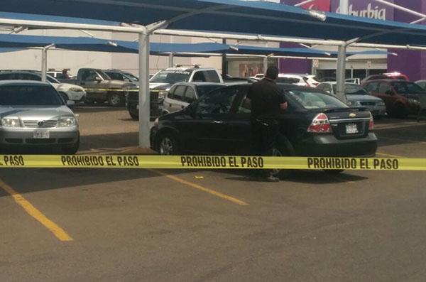 Asesinan a una mujer en el estacionamiento de una tienda comercial