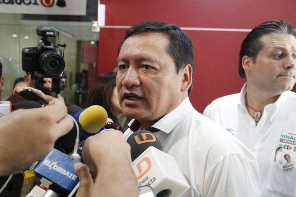 Osorio Chong le cuelga la medallita de la aprobación del fuero a Meade