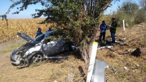 Familia lesionada al volcarse su vehículo en autopista