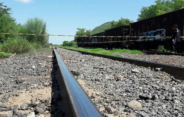 """Mujer termina sin una pierna al viajar de """"trampa"""" en un tren"""