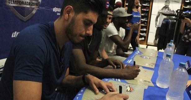 Todo un éxito la firma de autógrafos