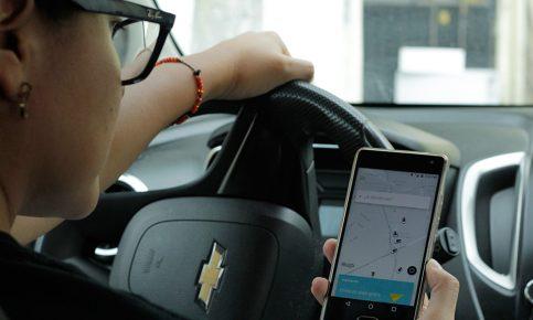 Mujer alvolante eschica Uber