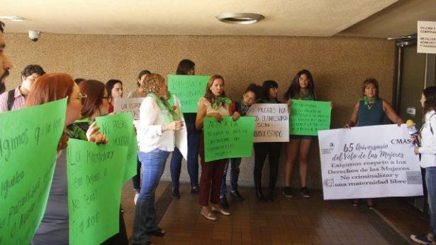 Mujeres piden echar abajo ley antiaborto