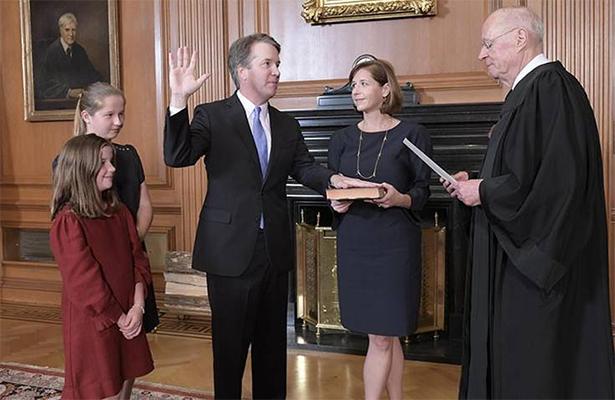 Brett Kavanaugh jura como juez del Tribunal Supremo de EU