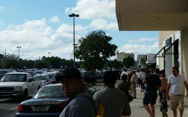 En medio del 'black friday', evacuan centro comercial en Florida por falsa alarma de tiroteo