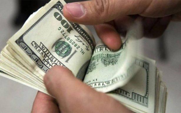 Promedia dólar en 17.65 pesos a la venta en el aeropuerto de la ciudad