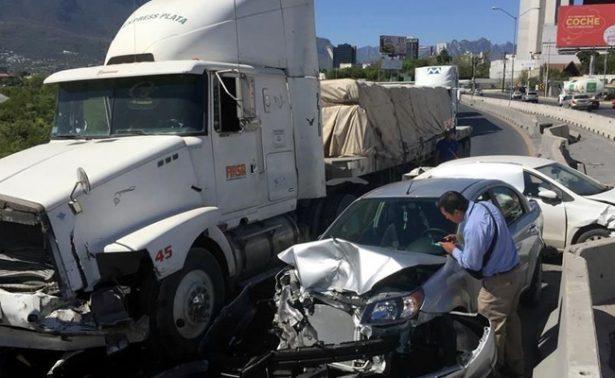 Tráiler se impacta contra tres vehículos en Nuevo León