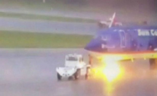 [Video] Rayo alcanza avión y quema a trabajador de aeropuerto en Florida
