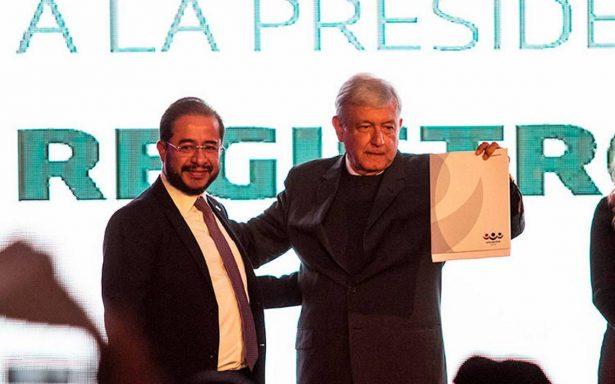 López Obrador se registra como precandidato del PES a la Presidencia; no es de ultraderecha, afirma