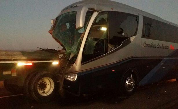Camión se impacta con tráiler en Durango; 15 lesionados