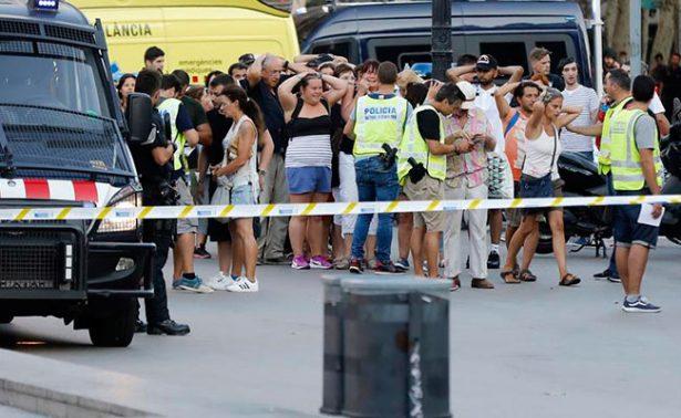 España sigue buscando al autor de atentado en Barcelona; amplia seguridad en zonas turísticas