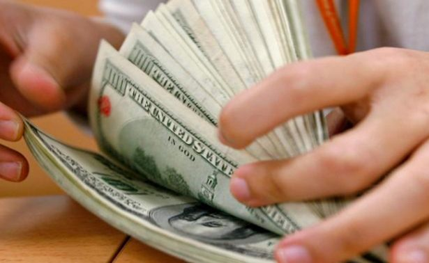 Promedia el dólar en 20.06 pesos a la venta en el aeropuerto capitalino