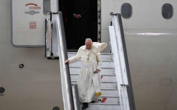 Papa Francisco llega a Santiago para una visita de tres días a Chile