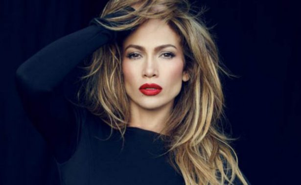 Jennifer Lopez enseña de más al mostrarse con diminuto bikini