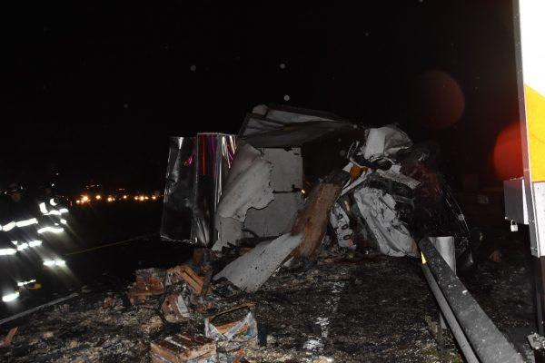 Tren arrolla a una camioneta; hay tres personas muertas