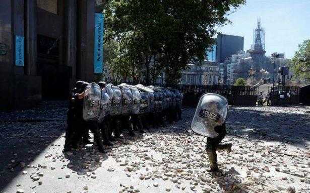 Huelga general y batalla campal rodean tenso debate de reforma en Argentina