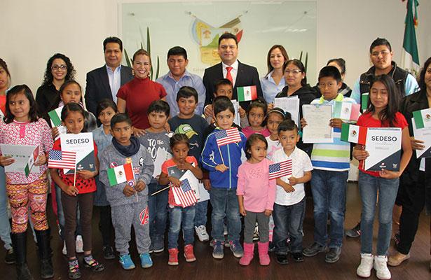 Entregan actas de doble nacionalidad a hijos de migrantes hidalguenses