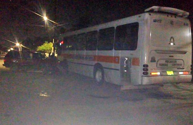 Ebrio Prensado al chocar Contra un Autobús Estacionado