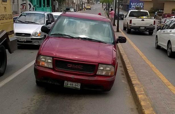 Camioneta Pick up se le Desprende Llanta en Plena Avenida Hidalgo