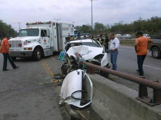 Empleados de Compañia de TV Cable quedan prensado al chocar camioneta