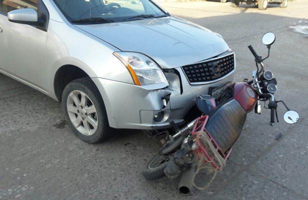Dama al volante embiste a motociclista