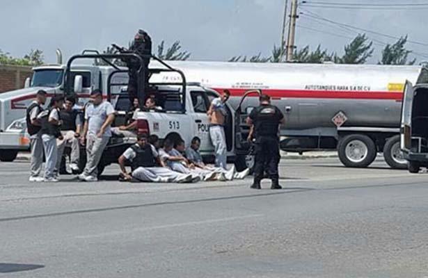 Reos y Policías Heridos al Chocar su Camioneta Contra una Pipa