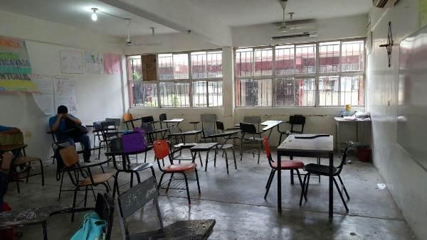 Sin agua la Secundaria No. 5 desde hace un mes, padres interrumpen clases