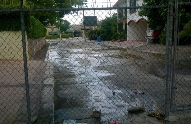 Enorme Fuga de Agua Potable Sobre Avenida Valles Afecta a Vecinos