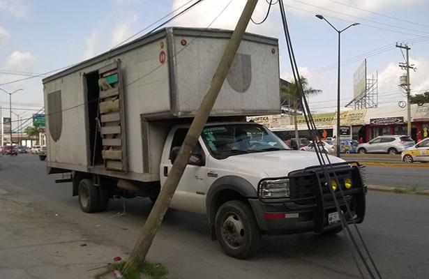 Camioneta Derribó un Poste en la Prolongacion de la Avenida Hidalgo