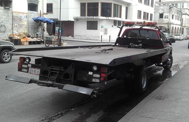 Asegura tránsito numerosos vehículos mal estacionados