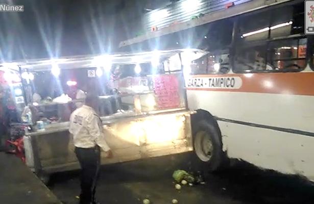 Autobús impactó un puesto de tacos en la zona centro