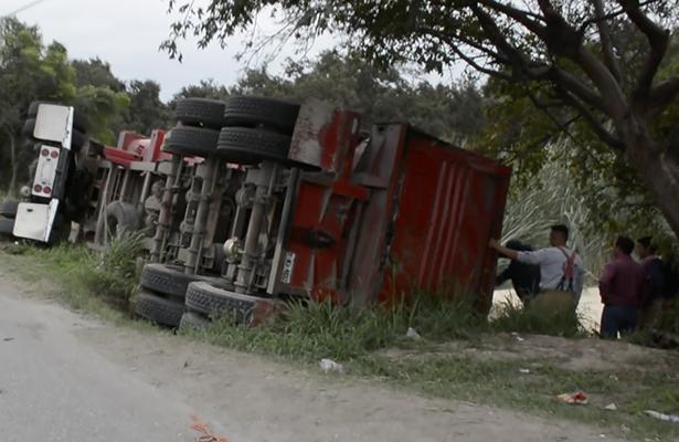 Camión se vuelca con 30 toneladas de maíz en la Avenida de la Industria