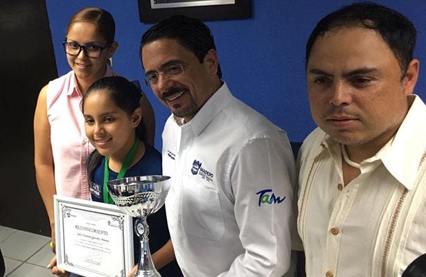 Julia Fernanda González Romero recibió merecido reconocimiento por su trayectoria