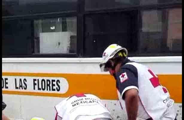 Mecánico es aplastado por un microbús